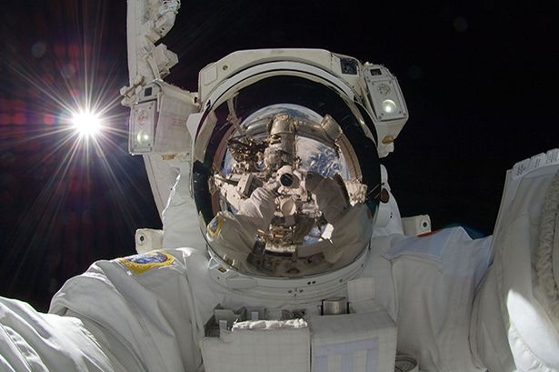 astronaut-selfie-aki-hoshide